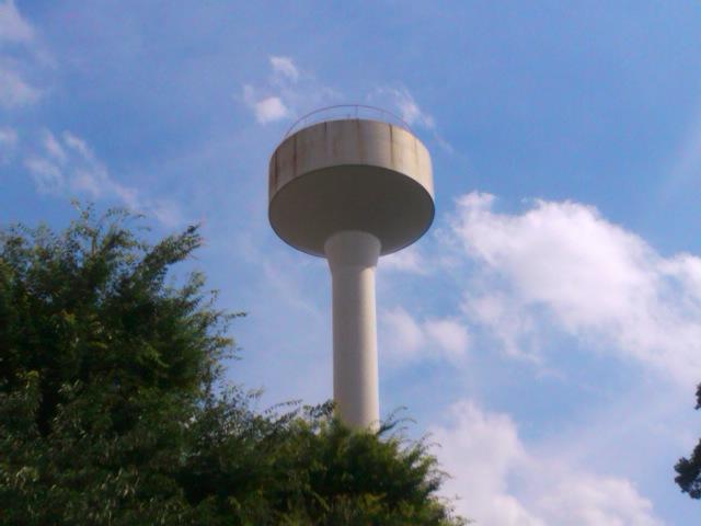 青い空と白い雲と給水塔